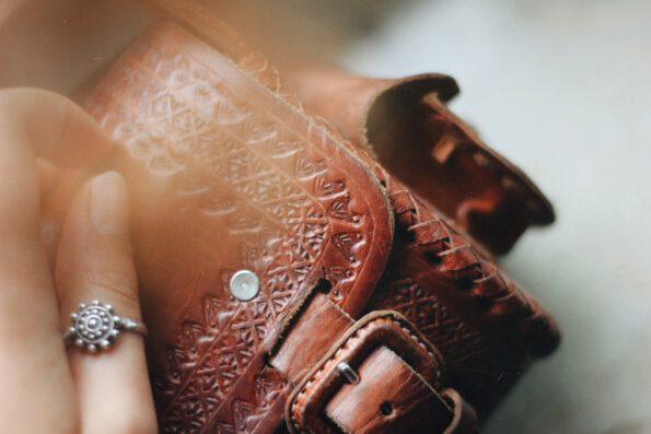 hecho handgefertigte Schultertasche Veroni. Fair gehandelte Ledertasche. Fair Trade Leather Bag.