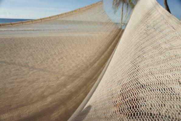 hecho. handgewobene Hängematte, fair gehandelte Netzhängematte am Strand, fair traide, hand made hammock